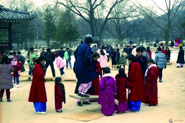 ▲1990년대 초, 설날 연휴를 맞아 민속놀이를 즐기는 시민들의 모습.(국가기록원)