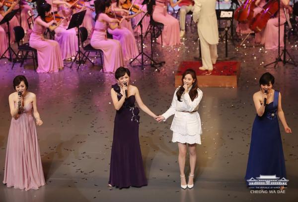 ▲북한예술단 단원들과 노래를 부르는 서현(오른쪽에서 두 번째)(사진=청와대 SNS)