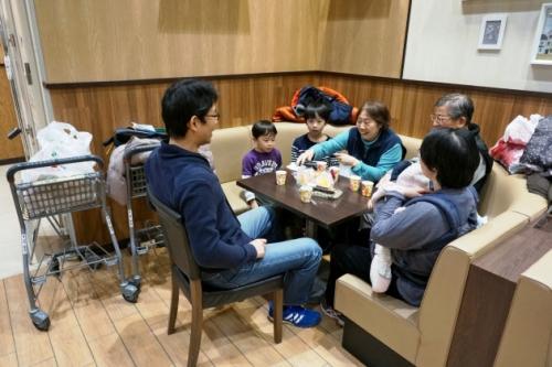 ▲휴일에 한 가족이 이트인에서 점심을 즐기고 있다. 니혼게이자이신문
