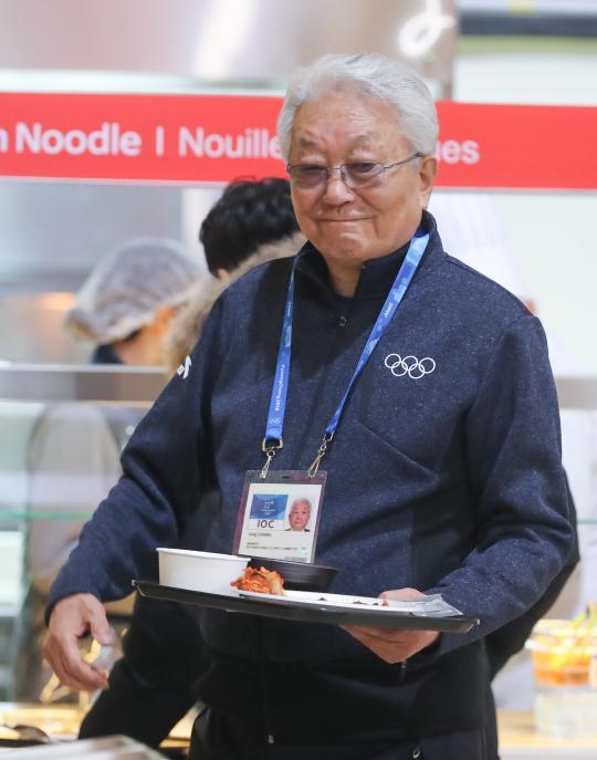 ▲장웅 북한 IOC 위원이 'IOC위원 선수촌 투어'에서 식당 음식을 직접 들고 자리로 향하고 있다. (연합뉴스)
