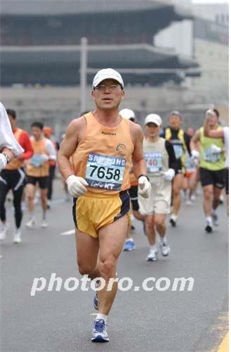 ▲동아마라톤 42.195km를 달리는 필자(조왕래 동년기자)