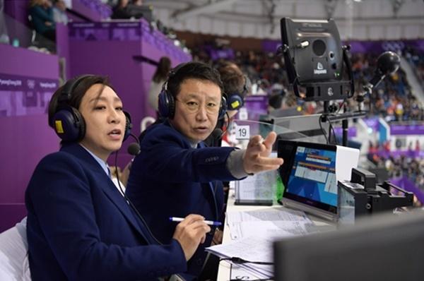 ▲쇼트트랙 경기 중계를 맡은 전이경 감독(왼쪽)과 배기완 아나운서(사진=SBS)