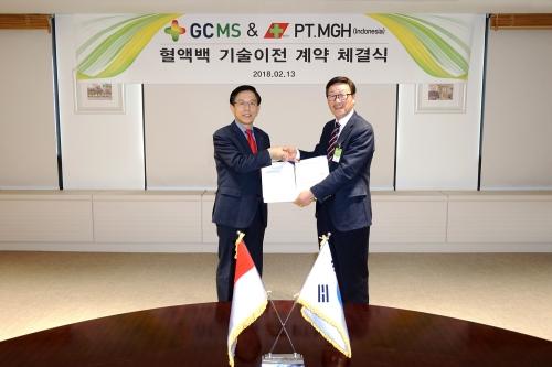 ▲김영필 GC녹십자엠에스 대표(왼쪽)와 조인제 PT.MITRA GLOBAL HANINDO 회장