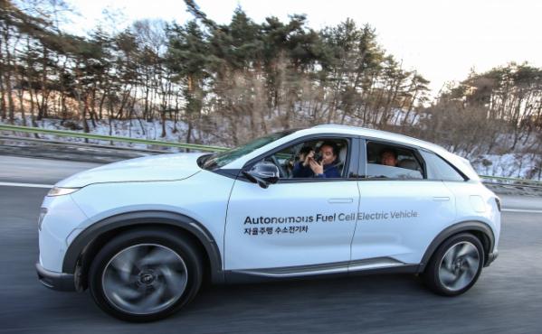 ▲현대차가 서울-평창 190km 자율주행에 성공했다. 영동고속도로에서 운전자가 창밖 풍경을 촬영하고 있다. (사진제공=현대차)