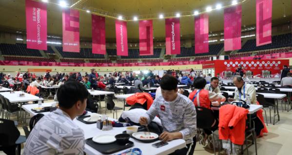 ▲평창선수촌 선수식당에서 각국 선수들이 식사하고 있다. (연합뉴스)