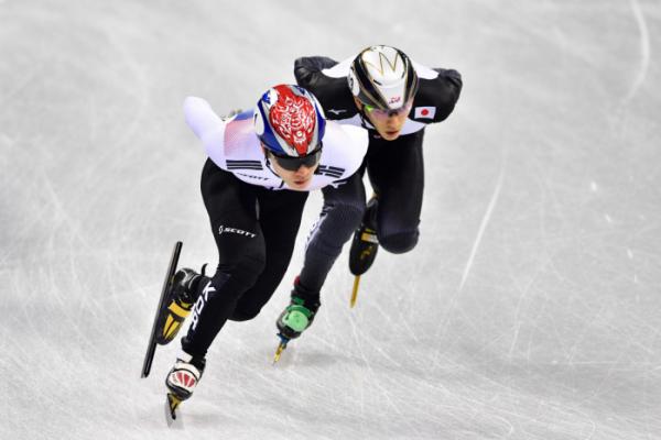 ▲일본 쇼트트랙 사이토 게이(오른쪽)가 한국의 서이라와 경주를 펼치고 있다.(AFP/연합뉴스)