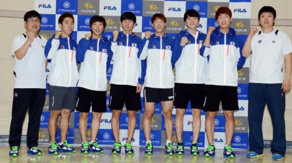 ▲13-14시즌 남자 쇼트트랙 국가대표 선수단. 맨 오른쪽에서 세번째가 故노진규 선수.(뉴시스)