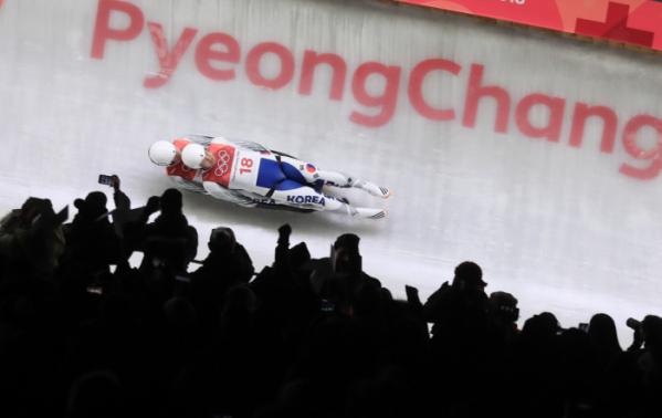 ▲14일 오후 강원도 평창동계올림픽 슬라이딩센터에서 열린 루지 더블 1차런에서 박진용, 조정명이 얼음을 가르고 있다.(연합뉴스)
