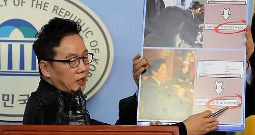 ▲정봉주 전 의원이 성추행 의혹과 관련해 12일 국회 정론관에서 기자회견을 열고 사진을 보여주며 설명하고 있다.(연합뉴스)