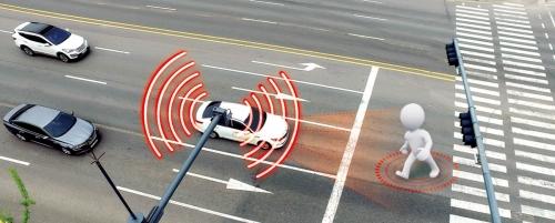 ▲자율협력주행차들은 달리는 동안 도로에서 다양한 정보를 얻기도 한다. 도로에 설치된 센서가 갑자기 차도로 뛰어드는 아이를 감지하면 주변 차들에 경고를 보내 보행자 사고를 줄일 수 있다.