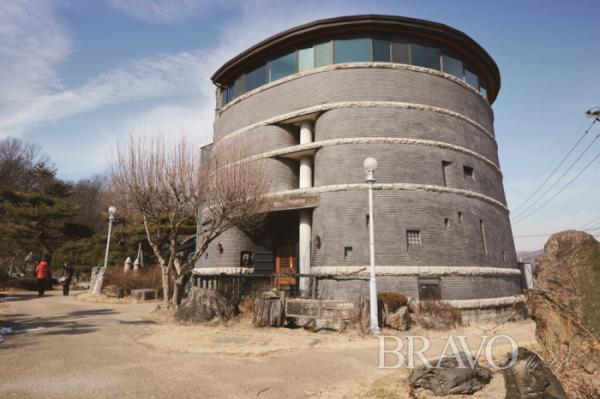 ▲수원 화성 공심돈에서 착안해 설계된 한국등잔박물관의 전경.(사진 박규민 parkkyumin@gmail.com)