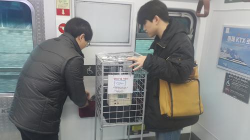 ▲코레일 직원들이 전철 내 실내공기질을 측정하고 있다.