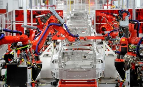 ▲미국 캘리포니아주 프리몬트의 생산공장에서 로봇이 테슬라 모델S를 조립하고 있다. 프리몬트/로이터연합뉴스