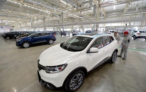 ▲중국 정부는 17일(현지시간) 외국 자동차 업체들의 현지 합작사 설립 의무화 규정을 단계적으로 철폐한다고 밝혔다. 중국 우한의 둥펑-르노 공장에서 근로자들이 생산된 자동차를 검수하고 있다. 우한/신화뉴시스