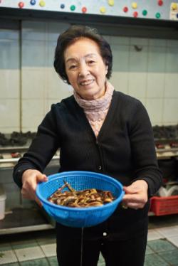 ▲김옥란 씨가 싱싱한 미꾸라지를 들어올리고 있다. 김 씨는 매일같이 모든 식재료를 점검한다.(사진 이혁 forrein@naver.com)