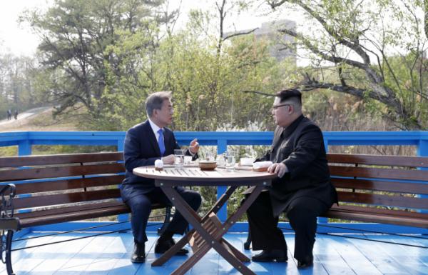 ▲문재인 대통령과 북한 김정은 국무위원장이 4월 27일 판문점 도보다리에서 대화하고 있다. (연합뉴스)