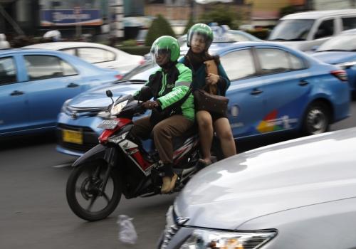 ▲인도네시아 자카르타에서 한 승객이 차량공유업체 고젝의 오토바이 운송 서비스를 이용하고 있다. 자카르타/AP뉴시스