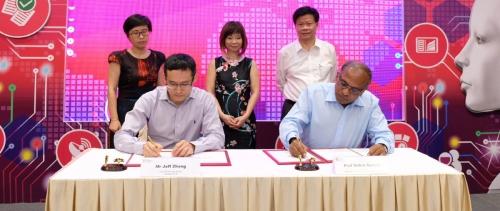 ▲중국 알리바바의 장첸펑(맨 앞 왼쪽) CTO와 싱가포르 난양기술대학(NTU)의 수브라 수레쉬 총장이 2월 28일(현지시간) 공동 AI R&D센터 설립 행사에서 계약서에 서명하고 있다. 제공=NTU