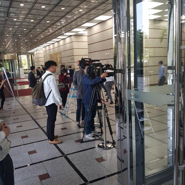 ▲검찰의 LG그룹 압수수색이 진행 중인 가운데, 여의도 LG트윈터워 동관 로비에 카메라 기자들이 모이고 있다.(사진=송영록 기자 syr@)