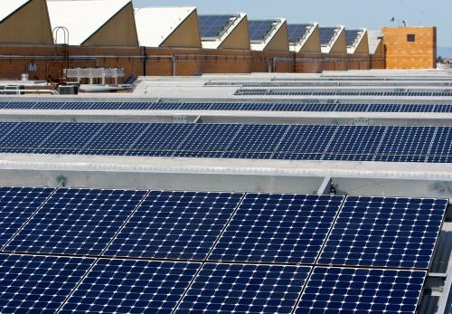 ▲태양광업체 선파워의 지붕에 태양광 패널이 설치돼있다. 캘리포니아주는 9일(현지시간) 미국 최초로 신축 주택에 태양광 패널 설치를 의무화하는 정책을 내놨다. 리치몬드/로이터연합뉴스