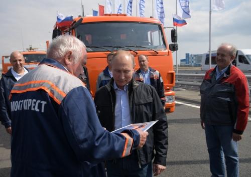 ▲블라디미르 푸틴 러시아 대통령이 15일(현지시간) 크림교 개통식에 참석해 건설 노동자와 대화를 나누고 있다. 케르치/EPA연합뉴스