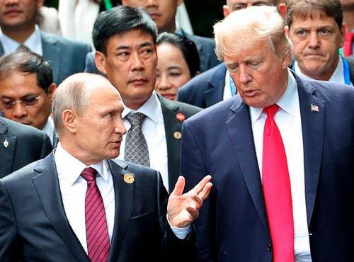 ▲블라디미르 푸틴(왼쪽) 러시아 대통령과 도널드 트럼프 미국 대통령이 지난해 11월 11일(현지시간) 다낭에서 열린 APEC 정상회담에서 대화를 나누고 있다. 16일 미 상원 정보위원회는 러시아가 트럼프 공화당 후보를 돕기 위해 2016년 대선에 개입했다고 밝혔다. 다낭/AP연합뉴스