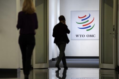 ▲WTO직원들이 지난달 12일(현지시간) 2017~18 세계 무역 전망 발표 기자회견을 위해 WTO본부 안으로 들어가고 있다. 일본정부가 미국의 철강 관세에 대응하는 방안을 WTO에 통보할 예정이다. 제네바/EPA연합뉴스