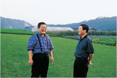 ▲1999년 8월 고 구자경 명예회장(오른쪽)과 고 구본무 회장이 담소하고 있는 모습 (사진제공=LG그룹)