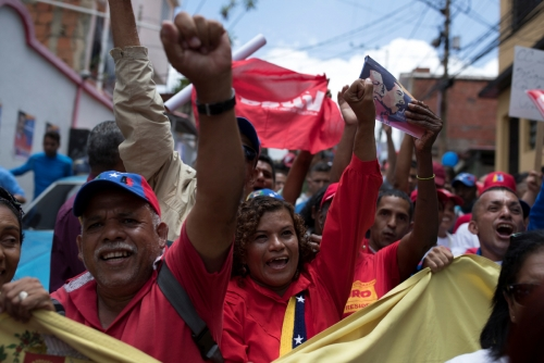 ▲16일(현지시간) 베네수엘라 카라카스에서 니콜라스 마두로 대통령을 지지하는 사람들이 환호를 보내고 있다. 카라카스/로이터연합뉴스