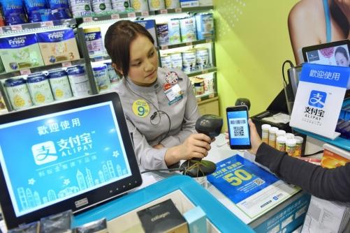 ▲홍콩의 한 매장에서 알리페이로 물건 값을 지불하고 있다. 사진제공=앤트파이낸셜
