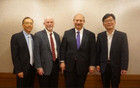 ▲사진 왼쪽부터 래리 곽, 스티븐 로젠, 브루스 보이틀러 박사와 김홍우 페프로민바이오대표