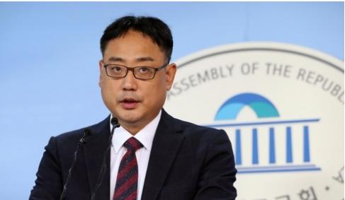 ▲변희재 대한애국당 정책위의장에 대해 검찰이 구속영장을 청구했다. 사진은 지난해 10월 국회 정론관에서 JTBC 손석희 사장 무고죄 고소 관련 기자회견을 하고 있는 변 씨의 모습. (뉴시스)