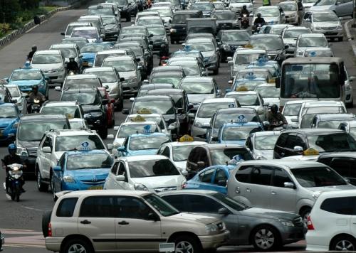 ▲동남아 각국이 교통정체 극복을 위해 첨단 IT 기술 도입에 박차를 가하고 있다. 인도네시아 자카르타의 한 도로가 차로 꽉 막혀 있다. 자카르타/신화뉴시스