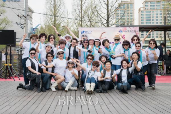 ▲이미경 이사를 주축으로 한 라인댄스 연합동아리.(사진 김수현 player0806@hotmail.com)
