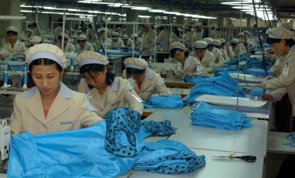 ▲남북정상회담 이후 남북경협에 대한 기대감이 높아지고 있다. 사진은 2013년 9월 개성공단에서 근로자들이 작업하는 모습.(연합뉴스)