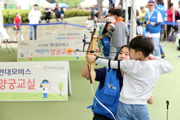 ▲현대모비스는 5일 어린이 날을 맞아  '현대모비스 어린이 양궁교실'을 열고 스포츠 사회공헌을 통해 양궁 저변 확대에 나서고 있다.  사진제공 현대모비스.