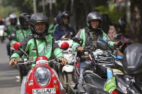 ▲지난달 24일(현지시간) 인도네시아 자카르타에서 고젝 기사들이 이용객을 기다리고 있다. 자카르타/AP뉴시스