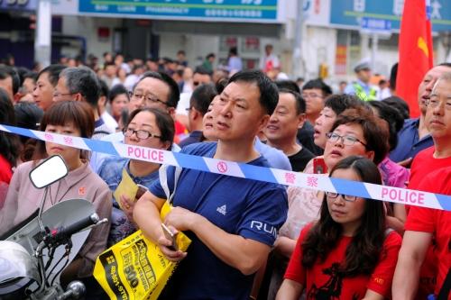 ▲7일(현지시간) 중국 전역에서 약 천만 여명의 학생이 대학 입학 시험 '가오카오'를 치르는 가운데 수험생 자녀들을 학부모들이 기다리고 있다. 선양/REUTER연합뉴스