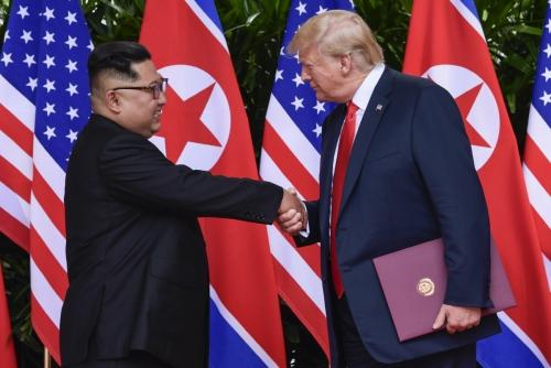 ▲김정은(왼쪽) 북한 국무위원장과 도널드 트럼프 미국 대통령이 12일(현지시간) 싱가포르에서 정상회담 일정을 마치고 악수하고 있다. 싱가포르/AP뉴시스