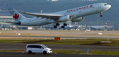 ▲최근 도이치벨레가 장거리 비행의 탄소 배출을 상쇄할 수 있는 '오프셋'방식을 소개했다. 사진은 스위스 취리히 공항에서 이륙하고 있는 에어캐나다의 항공기. 취리히/로이터연합뉴스