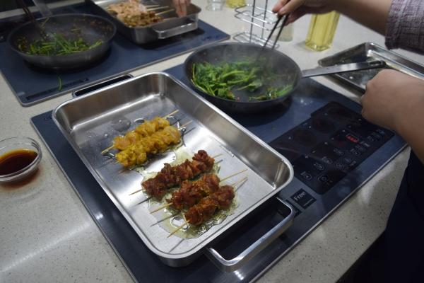 ▲지난달 18일 서울 강남구에 위치한 쿠첸의 복합 체험공간 '쿠첸센터'에서 열린 '쿠킹클래스'에 참가해 요리를 하고 있는 모습.