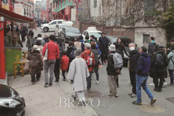 ▲차이나타운에서 걷기 순례 중인 은빛순례단.(사진 권지현 기자 9090ji@etoday.co.kr)