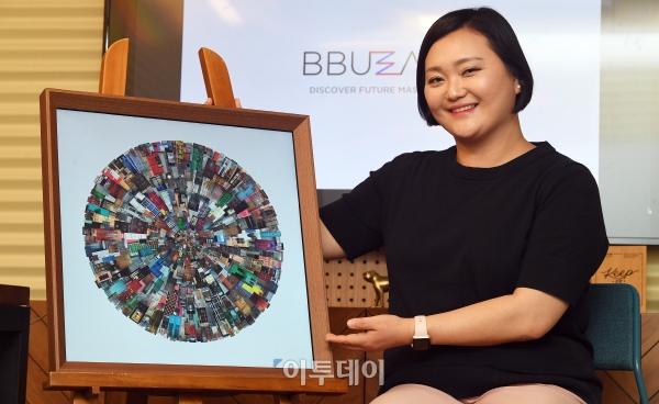 ▲신세은 버즈아트 대표가 서울 강남구 삼성동 위워크빌딩 내 사무실에서 새롭고 열정적인 아티스트와 진지한 예술 수요자에 글로벌 서비스를 제공하는 스타트업 기업 '버즈아트'를 소개하고 있다. 사진=오승현 기자 story@