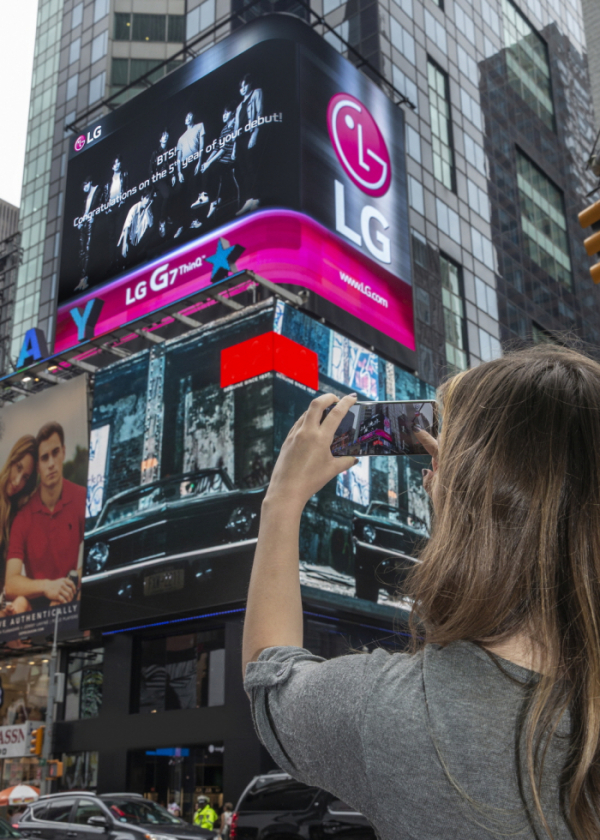 ▲LG전자가 현지시간 10일부터 사흘간 타임스스퀘어 전광판을 통해 방탄소년단을 응원하는 광고 영상을 상영하고 있다. 영상에는 방탄소년단 데뷔 5주년을 축하하는 내용과 그들이 LG G7 ThinQ를 소개하는 광고를 담았다.(사진=LG전자)
