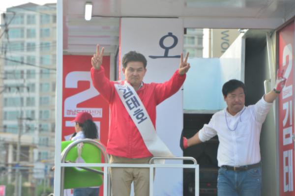 ▲12일 자유한국당 김태호 경남지사 후보가 경남 창원에서 지지를 호소하며 거리 유세를 펼치고 있다. (뉴시스)