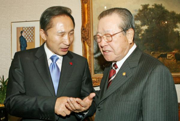 ▲김종필 전 총리가 2007년 청구동 자택을 방문한 당시 이명박 한나라당 대선후보와 대화를 하고 있다.  연합뉴스