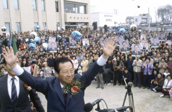 ▲김종필 전 총리가 1987년 11월 22일 대통령 후보 때 경기도 포천에서 유세하는 모습. 연합뉴스