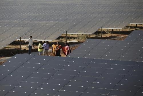 ▲인도 벵갈루루에 설치된 5260헥타르 규모 태양광 패널 설비. 벵갈루루/AP뉴시스