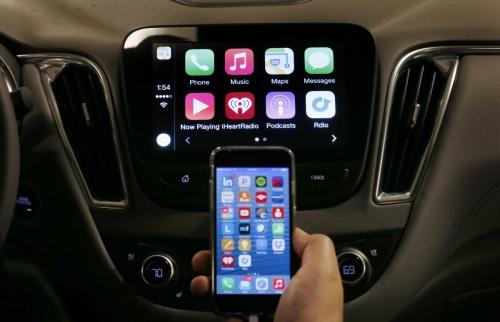▲애플 아이폰이 자동차에 장착된 애플 카플레이 앱과 연동하고 있다. 애플이 자율주행차량 부문에 5000명 인원을 투입하고 있다는 사실이 10일(현지시간) 확인됐다. AP뉴시스
