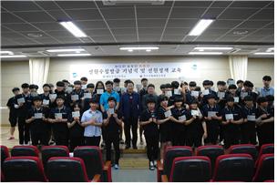 ▲완도수산고등학교 학생들이 11일 선원수첩을 받고 기념촬영을 하고 있다.(완도해양수산사무소)